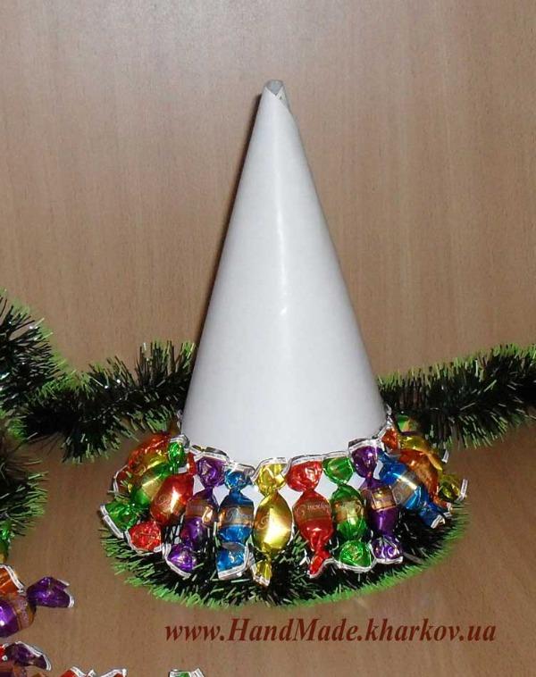 Новогодняя елочка из вкусных конфет шаг 4