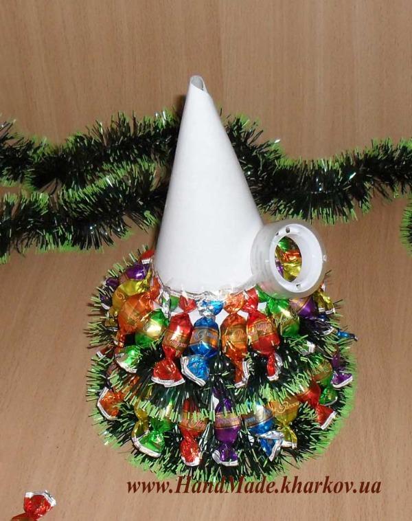 Новогодняя елочка из вкусных конфет шаг 7