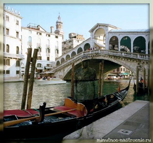 человек замаскировался под мостом на фоне лодки фото
