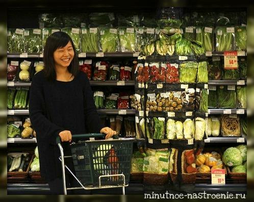 человек невидимка спрятался в овощном отделе фото