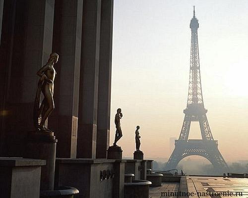 эйфелевая башня с музеем и колоннами-статуями
