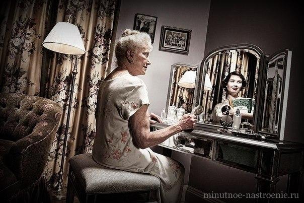 бабушка смотрит в зеркало