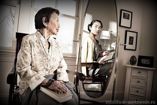 Японка у зеркала