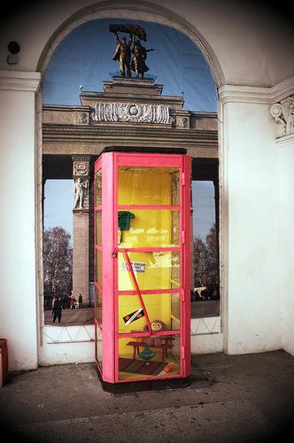 телефонная будка чебурашки в москве фото