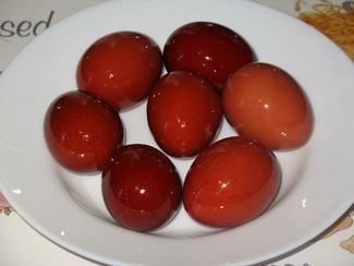 яйца крашенные в луковой шелухе фото