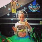 Девушка рисует на зеркале